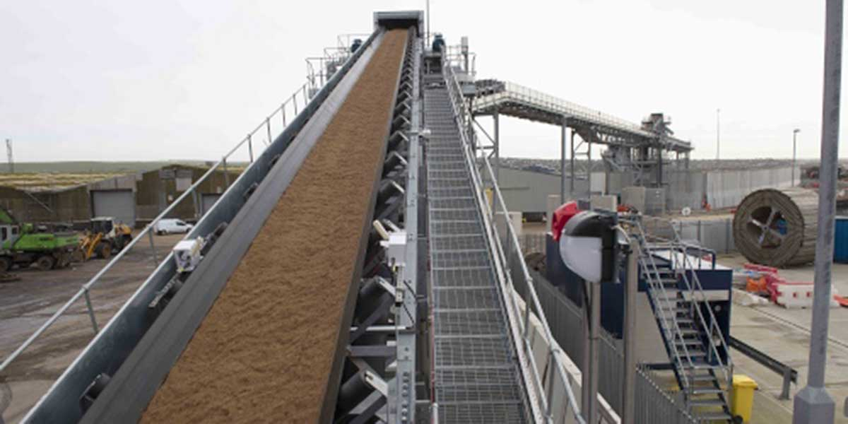 Aggregates on a conveyor as part of the processing process